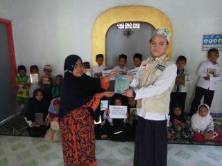 Pembagian Buku Iqro dan Mushaf Al-Quran di Mushola Baeturohim Cilempuk